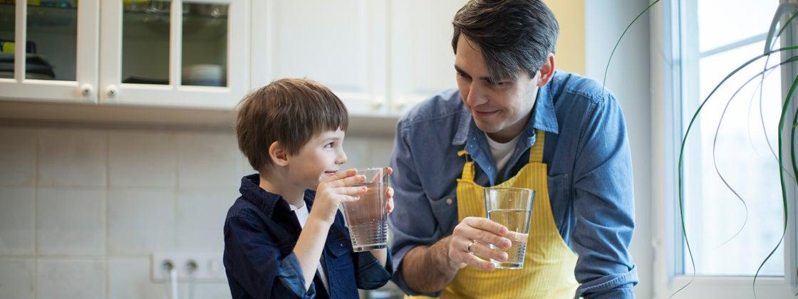 Tomar agua en familia para el desarrollo de los niños