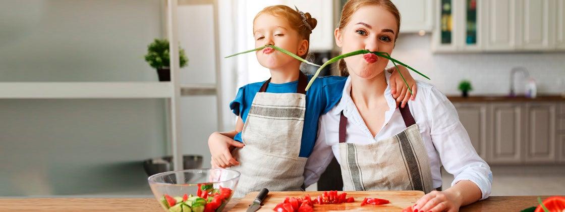 Prepara comida saludable junto a tu hijo